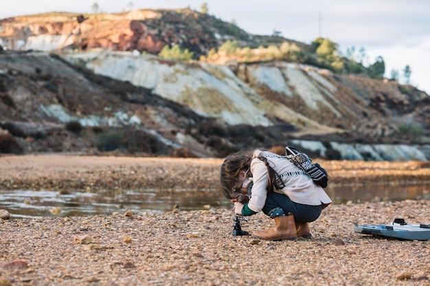 Niño pequeño jugando con microscopio Foto gratis