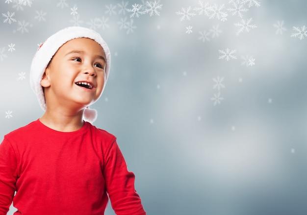 Ni o peque o mirando hacia arriba con fondo navide o - Foto nino pequeno ...