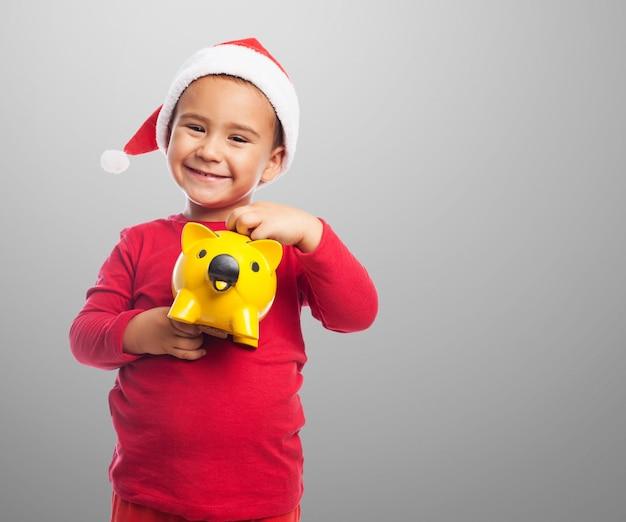 Ni o peque o mostrando su hucha amarilla descargar fotos - Foto nino pequeno ...