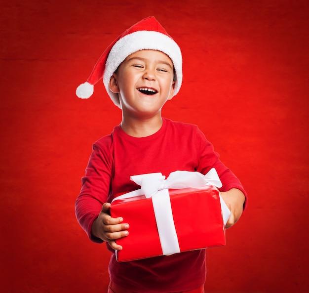 Ni o peque o mostrando su regalo con una gran sonrisa - Foto nino pequeno ...