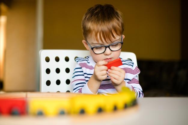 Niño pequeño con el síndrome del amanecer Foto Premium