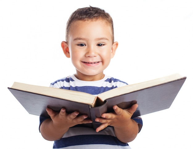 Ni o peque o sonriendo con un libro abierto descargar - Foto nino pequeno ...