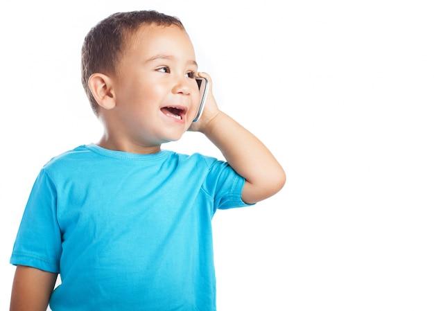 Bebe Hablando Por Telefono: Niño Pequeño Sonriendo Mientras Habla Por Un Teléfono