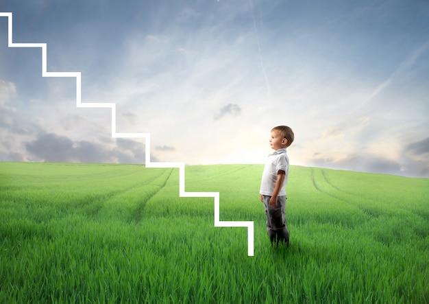 Niño pequeño y su vida por delante Foto Premium