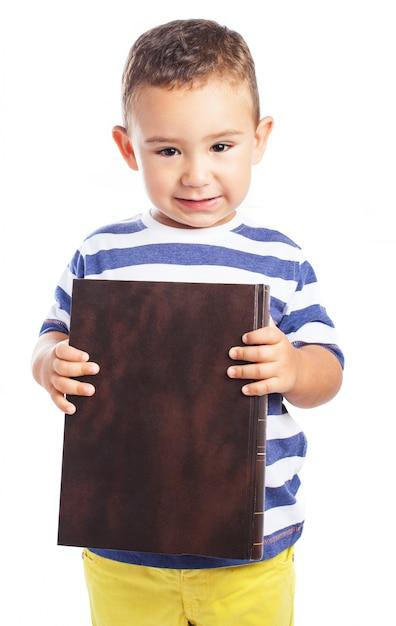 Ni o peque o sujetando un libro cerrado descargar fotos - Foto nino pequeno ...