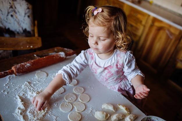 Niño preparando masa Foto Premium