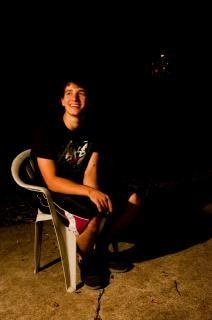 Niño sentado en la silla Foto Gratis