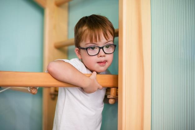 Niño con síndrome de down Foto Premium