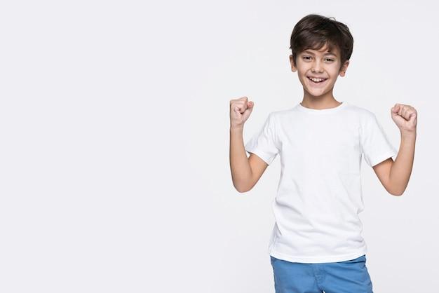 Niño sonriente con espacio de copia Foto gratis