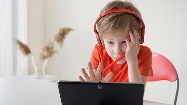 Niño tratando de entender la lección. Foto Premium