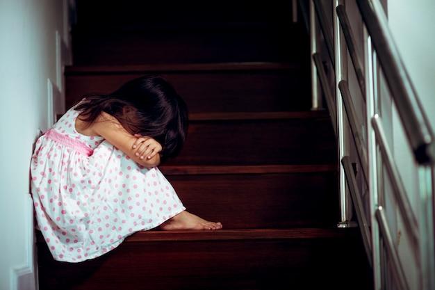 Niño triste de este padre y madre discutiendo, familia negativo concept.vintage color Foto Premium