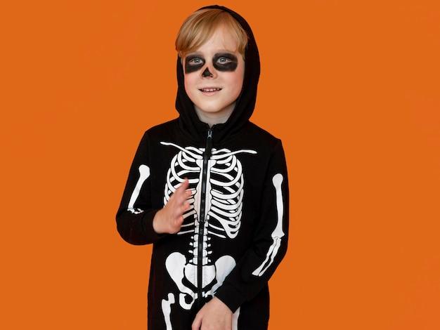 Niño de vista frontal en espeluznante disfraz de halloween Foto gratis