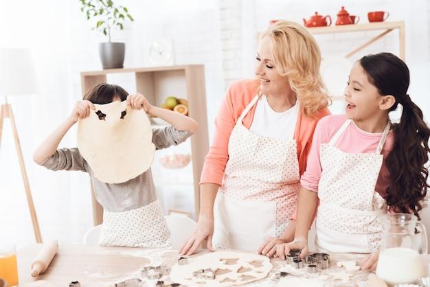 Niños con abuela divirtiéndose en concepto de cocina Foto Premium