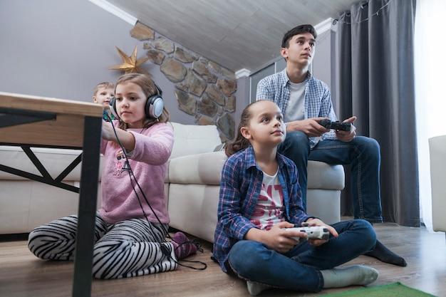 Ninos Y Adolescentes Jugando Videojuegos En La Sala De Estar