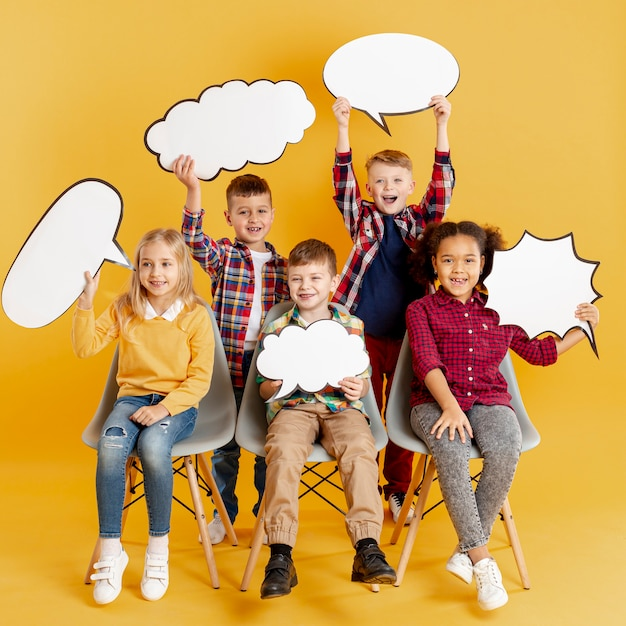 Niños de alto ángulo con burbujas de chat Foto gratis