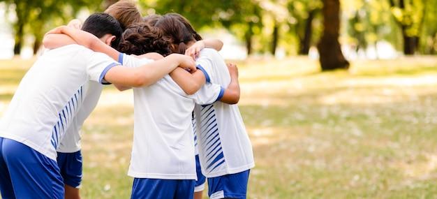 Niños animándose unos a otros con espacio de copia. Foto gratis