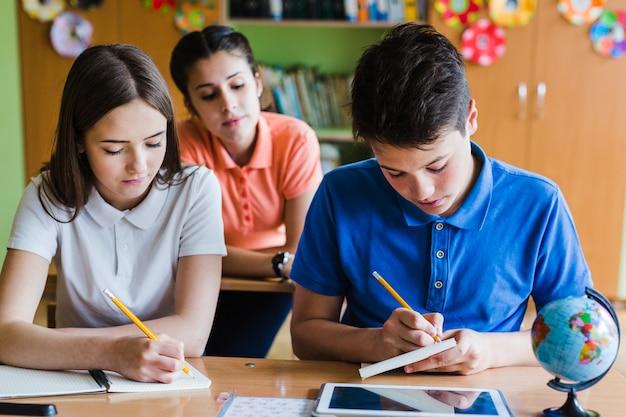 Niños aprendiendo en clase Foto gratis