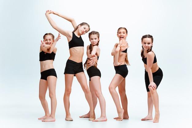 Los niños bailan en la escuela, ballet, hiphop, street, funky y bailarines modernos. Foto gratis
