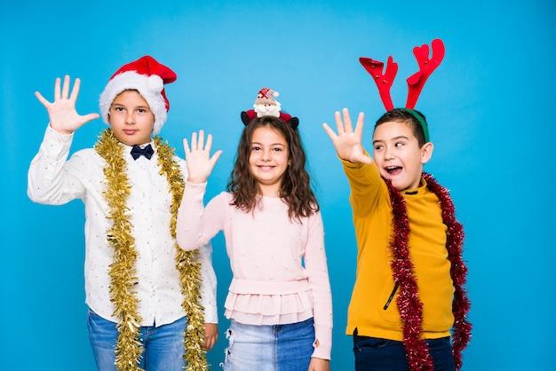 Niños celebrando el día de crhistmas haciendo expresiones Foto Premium