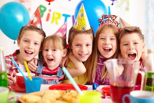 Niños celebrando fiesta de cumpleaños Foto gratis