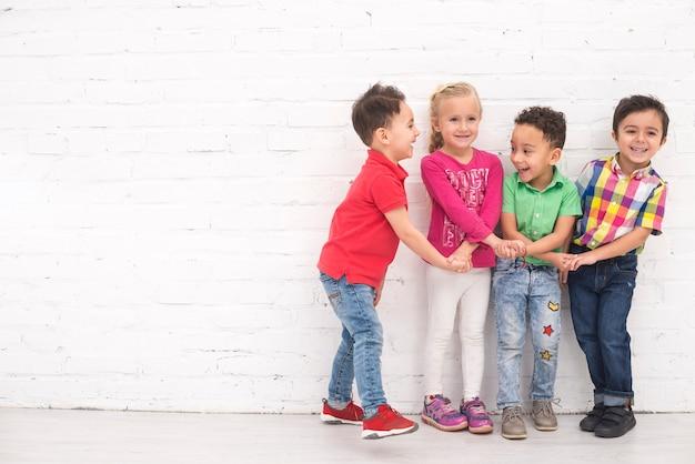 Niños cogidos de la mano en grupo Foto gratis