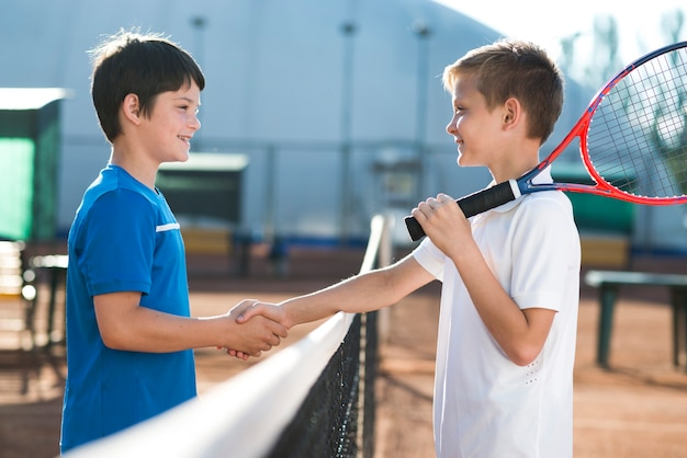 Niños dándose la mano antes del partido. Foto gratis