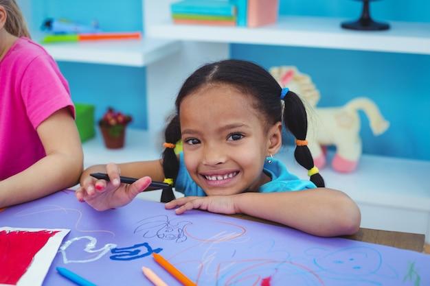 Niños dibujando en papel de color | Descargar Fotos Premium