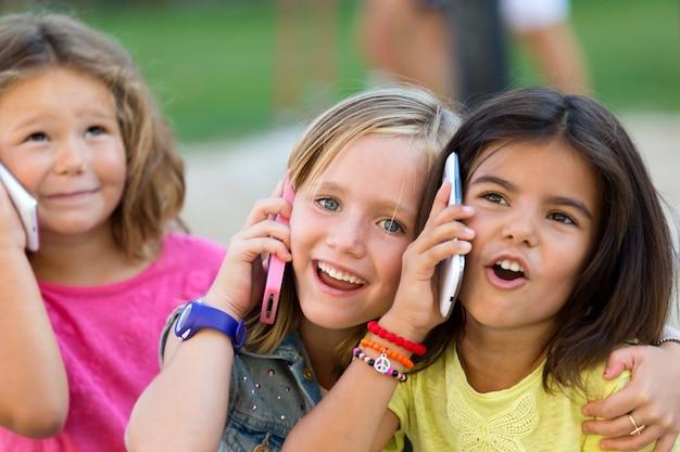Bebe Hablando Por Telefono: Niños Divertidos Hablando Por Teléfono En La Calle