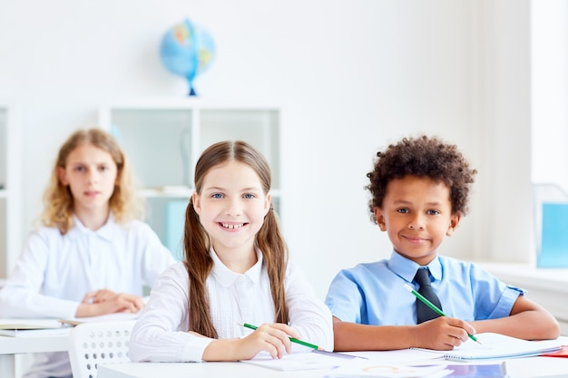 Niños por escritorios Foto gratis
