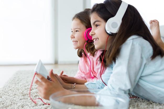 Resultado de imagen para niños escuchando musica