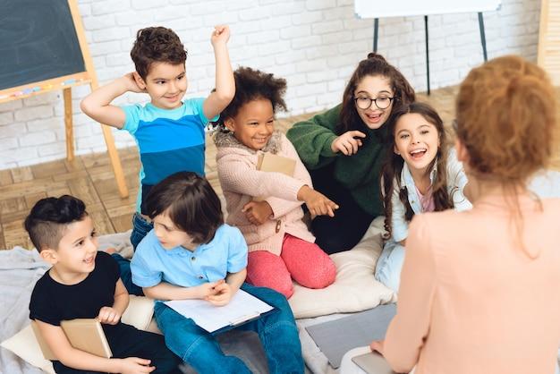 Los niños en la escuela primaria están sentados en clase. Foto Premium