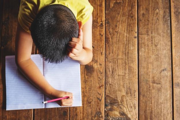 Los niños están estresados por el aprendizaje. Foto Premium