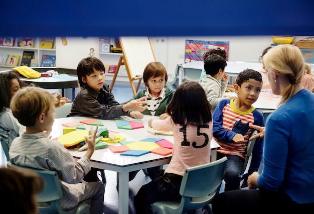 Niños felices en la escuela primaria Foto gratis