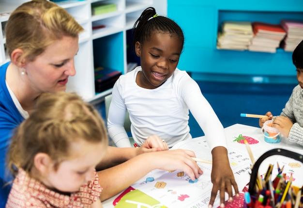 Niños felices en la escuela primaria Foto Premium