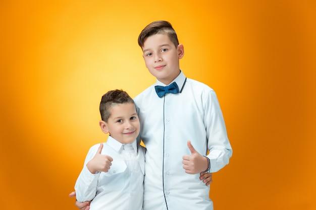 Niños felices mostrando pulgares arriba signo ok Foto gratis
