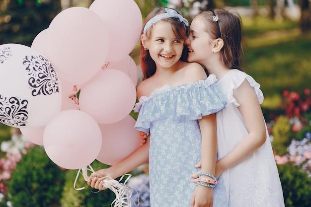 Niños con globos Foto gratis