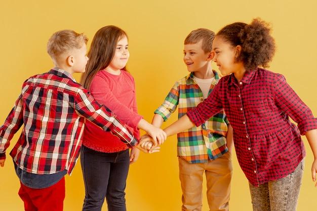 Niños haciendo un apretón de manos Foto gratis