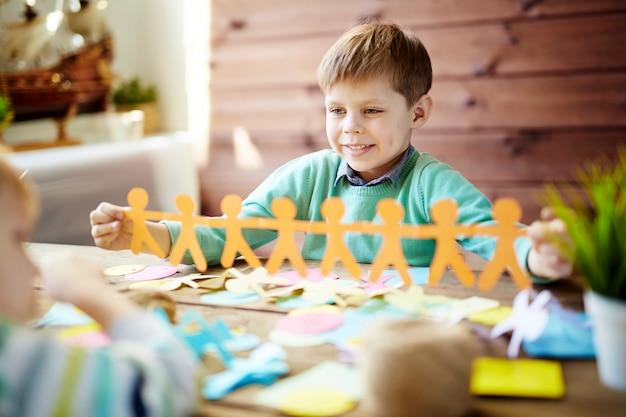 Niños haciendo papercraft Foto gratis