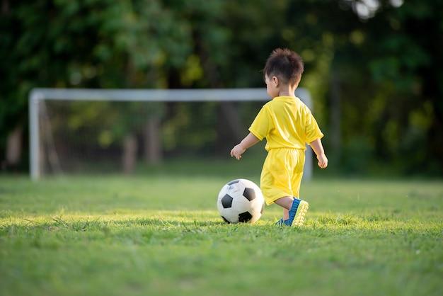 Ninos Jugando Al Futbol En El Campo Verde Descargar Fotos Premium