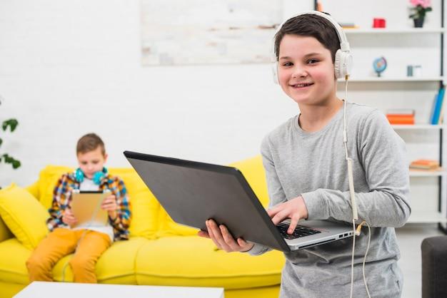 Niños jugando al ordenador Foto gratis