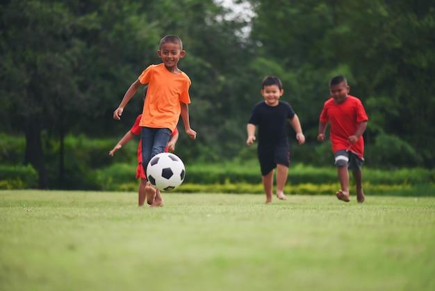 Niños jugando fútbol soccer   Foto Gratis