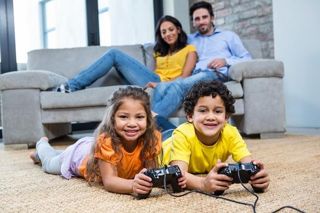 Ninos Jugando Videojuegos En La Alfombra En La Sala De Estar