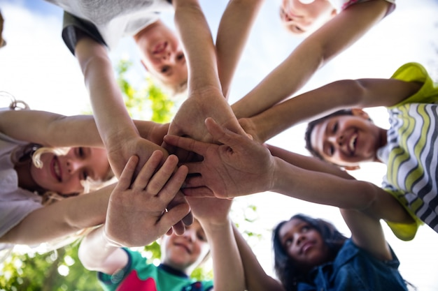 Niños juntando sus manos   Foto Premium