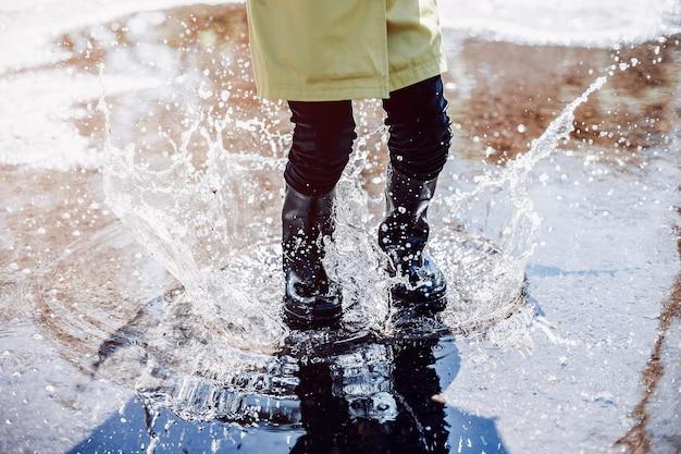 Niños lindos plaiyng en un día lluvioso Foto gratis