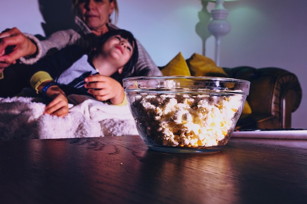 Niños con madre teniendo noche de cine Foto gratis