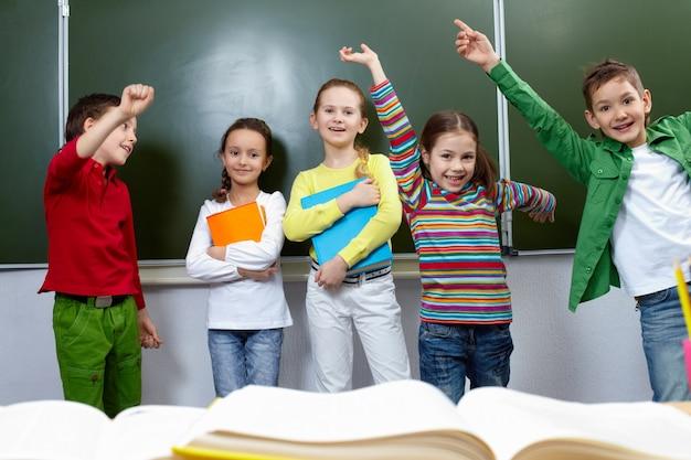 Niños pasándolo bien en clase Foto gratis