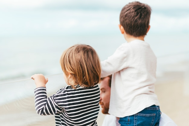 Niños pequeños disfrutando de la vista al mar Foto gratis
