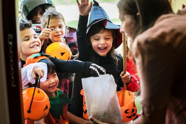 Los niños pequeños engañan o tratan en halloween Foto gratis