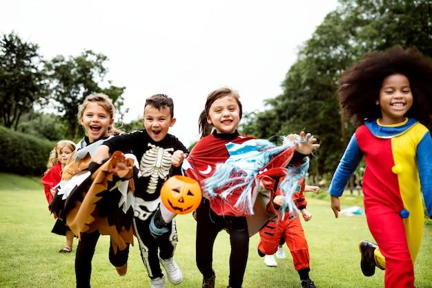 Niños pequeños en una fiesta de halloween Foto gratis