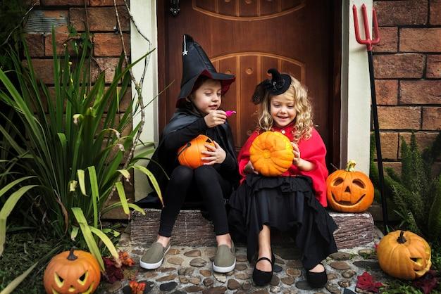 Niños pequeños en la fiesta de halloween Foto gratis